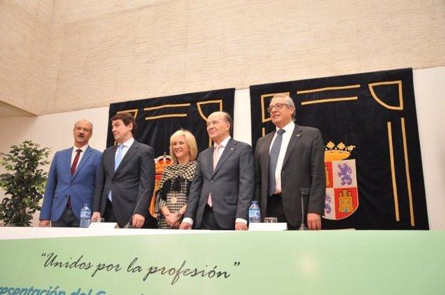 El pesidente del Consejo de Colegios de Médicos de Castilla y León (CCOMCYL), José Luis Díaz Villarig, (segundo por la derecha) junto a la consejera de Sanidad, Verónica Casado.