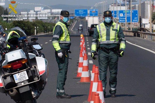 Agentes de la Guardia Civil en un control