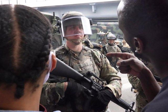 EEUU.- Mineápolis aprueba una orden que prohíbe a la Policía hacer uso de los es