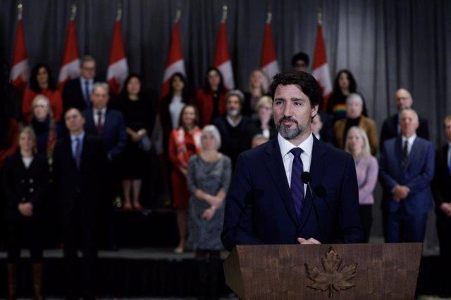 Canadá.- Trudeau se arrodilla con los manifestantes en una protesta contra el ra