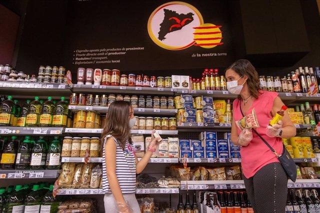 Una madre y su hija en un supermercado.