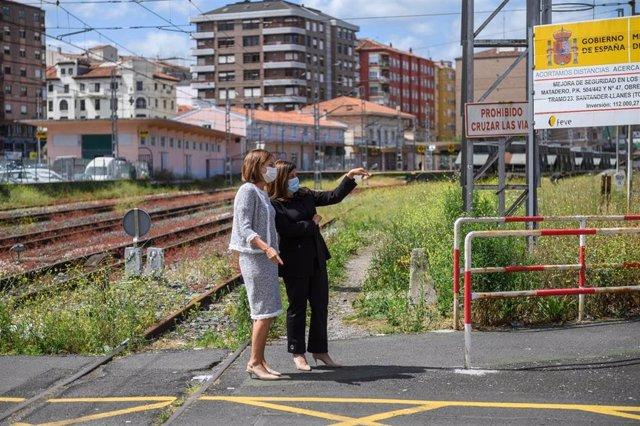 La presidenta del PP de Cantabria, María José Sáenz de Buruaga, y la portavoz del partido en el Ayuntamiento de Torrelavega, Marta Fernández Teijeiro en los aledaños de la vías
