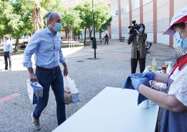 El alcalde de Zaragoza, Jorge Azcón, en la recogida del Banco de Alimentos