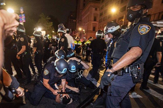 EEUU.- Decenas de policías de Buffalo protestan contra la investigación a dos co