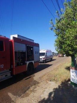 Un cambión de bomberos y una ambulancia de Cruz Roja en el lugar del incendio.