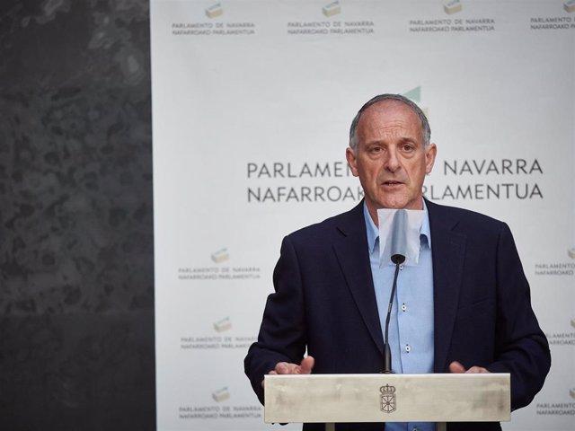 El parlamentario foral de EH Bildu, Adolfo Araiz, interviene en la rueda de prensa en el Parlamento de Navarra