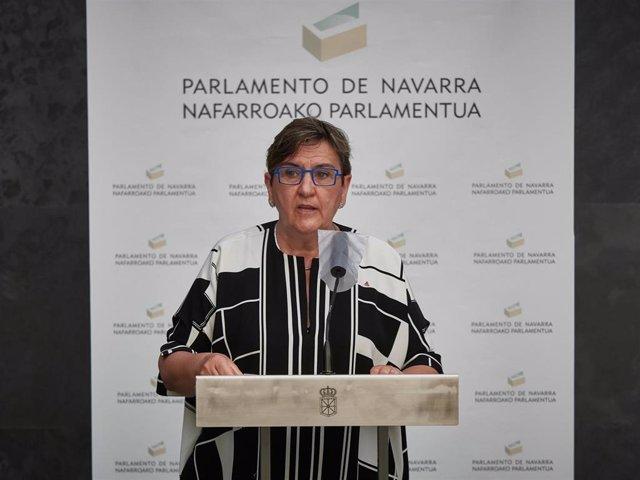 La parlamentaria de Izquierda-Ezkerra, Marisa de Simón, interviene en la rueda de prensa posterior al pleno en el Parlamento de Navarra