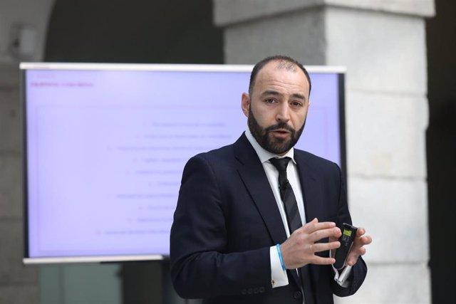 El consejero de Economía, Empleo y Competitividad, Manuel Giménez, durante la presentación de las líneas maestras del Plan de Acción para la Reactivación del Empleo, un conjunto de medidas para contener la destrucción de empleo provocada por la crisis del