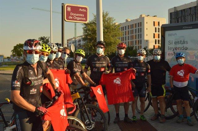 Ciclistas del club 'Kilómetros de vida' recorren el centro de Córdoba para concienciar a la población de la importancia de donar órganos.