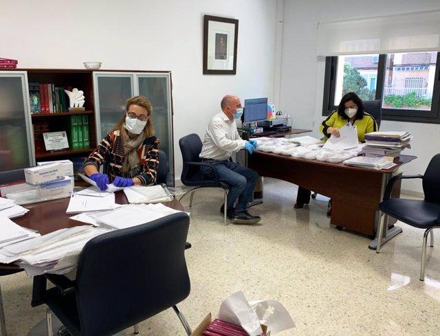 Funcionarios preparando la documentación y material para reactivar las obras del PFEA