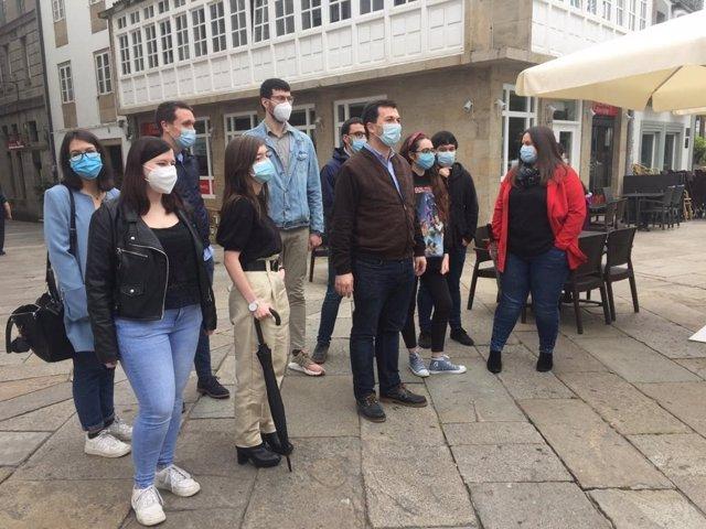 El candidato del PSdeG a la Xunta, Gonzalo Caballero, en un acto con jóvenes en Santiago