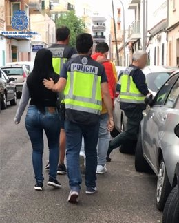 Momento de la detención de los presuntos autores de un delito de tráfico de drogas.