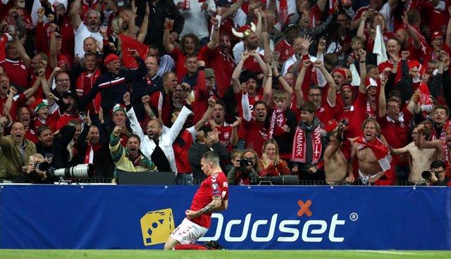 Pierre Hojbjerg celebra un gol de Dinamarca contra Irlanda en el estadio Parken