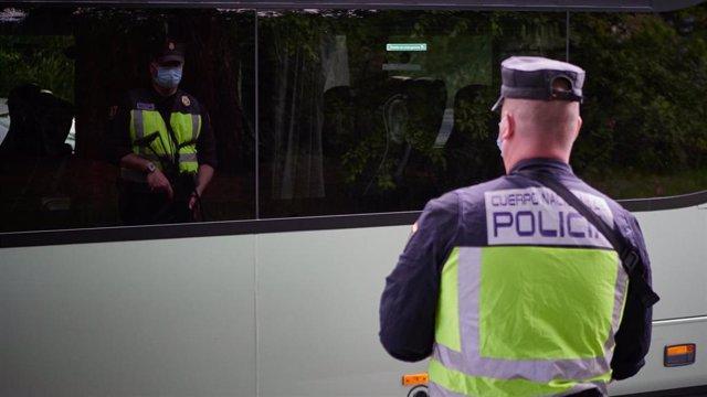 La Policía Nacional continúa realizando controles de movilidad en Pamplona, Navarra, España, a 8 de mayo de 2020.