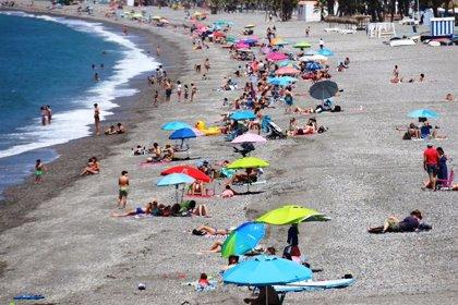 """Miles de bañistas en las playas de Almuñécar y La Herradura, que en """"su gran mayoría"""" cumple normas sanitarias del Covid"""