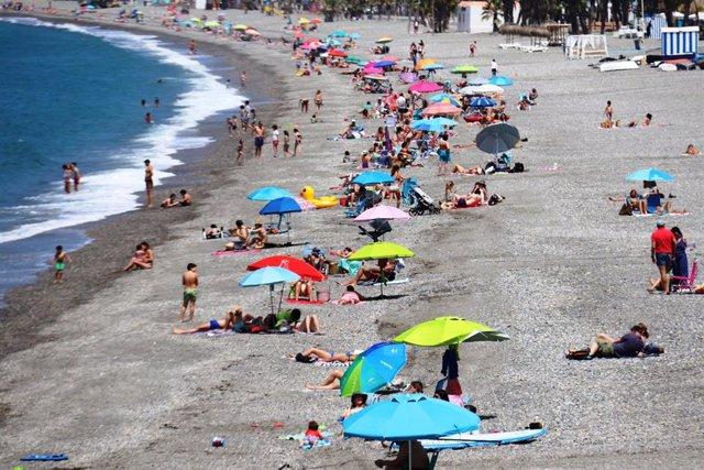 Ambiente en la playa de La Herradura, en el municipio granadino de Almuñécar.
