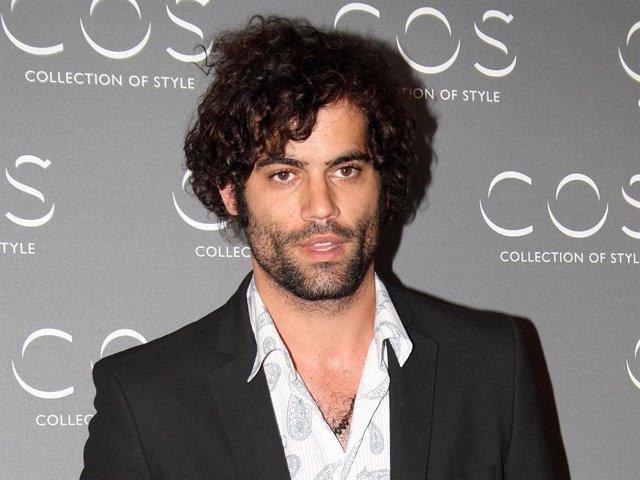 """El actor Jordi Mestre posa en el photocall en la apertura de la tienda de moda """"COS"""" en Madrid, (España), a 26 de mayo de 2011."""