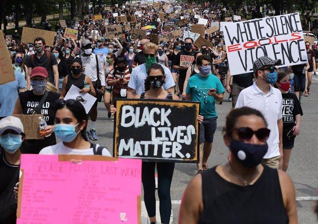 EEUU.- Multitudinarias marchas pacíficas para denunciar la violencia racista ins