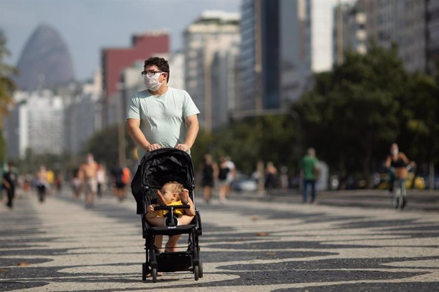 Imagen de un hombre paseando con mascarilla por el coronavirus en Río de Janeiro.