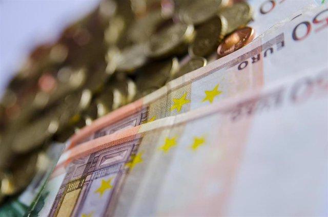 Imagen de recurso de billetes y monedas de euros