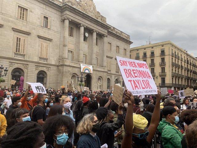 Concentración contra el racismo en la plaza Sant Jaume de Barcelona.