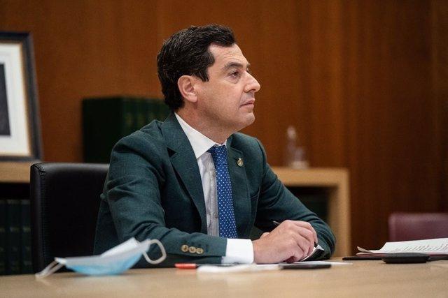 El presidente de la Junta de Andalucía, Juan Manuel Moreno Bonilla, asiste a la videoconferencia del presidente del Gobierno, Pedro Sánchez, con el resto de presidentes autonómicos, a 7 de junio de 2020.