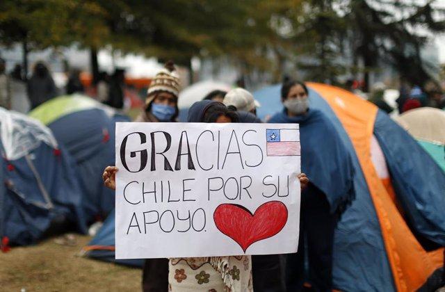Campamento establecido en las inmediaciones del consulado de Bolivia en Santiago de Chile. Debido a la pandemia del nuevo coronavirus, las fronteras chilenas con Bolivia se cerraron en marzo y muchos ciudadanos bolivianos esperan ser repatriados.