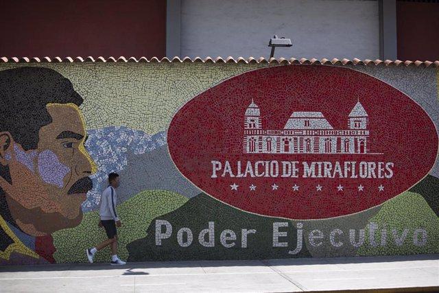 Mural con la imagen de Nicolás Maduro en Caracas