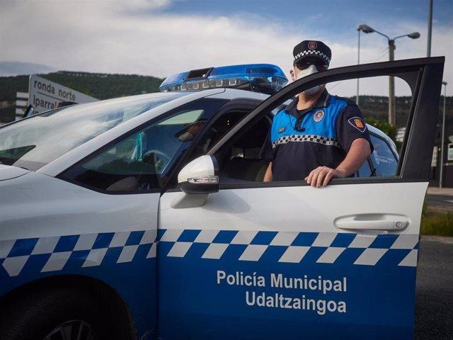 Policia Municipal de Pamplona realiza vigilancia desde el vehículo policial durante un control de movilidad realizado en Pamplona, Navarra.