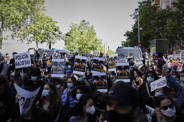 Manifestantes en la concentración convocada por la Comunidad Negra, Africana y Afrodescendiente de España frente a la Embajada de EEUU por la muerte de George Floyd.