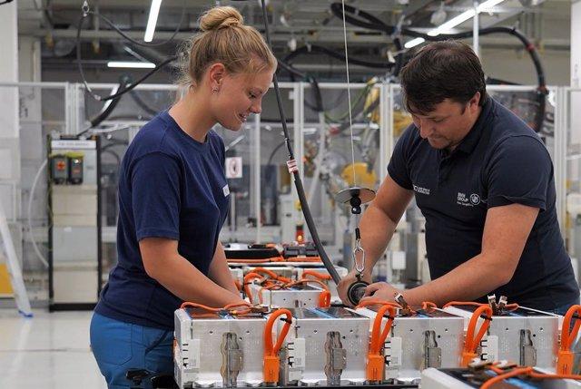 Alemania.- La producción industrial de Alemania se hundió un histórico 17,9% en