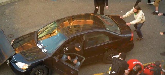 EEUU.- Un hombre irrumpe con su coche en una protesta por la muerte de Floyd en