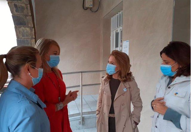 La portavoz del PP en la Junta General, Teresa Mallada, ante el consultorio periférico de Barredo.