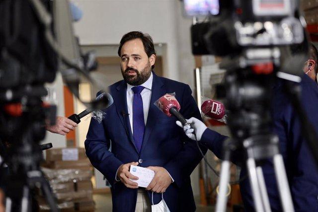 El presidente del PP de Castilla-La Mancha, Paco Núñez, en su visita al Banco de Alimentos de Toledo