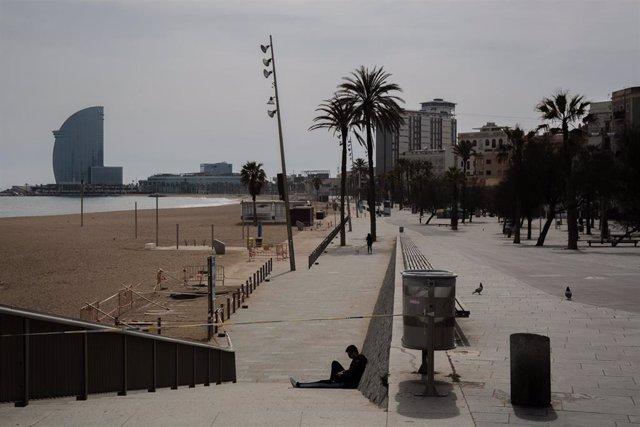 Playa de la Barceloneta vacía durante el tercer día laborable del estado de alarma por coronavirus, en Barcelona/Catalunya (España) a 18 de marzo de 2020.