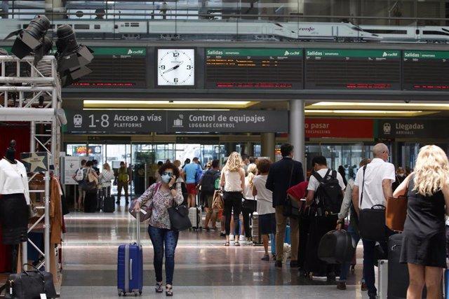 Viajeros suben al AVE en la estación María Zambrano de Málaga, durante el primer día de la Fase 3. Málaga a 8 de junio del 2020