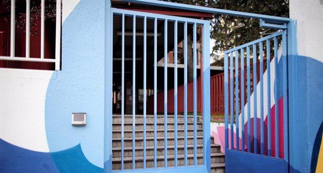 Verja de uno de los colegios de la Comunidad de Madrid que a partir de mañana y hasta el próximo 23 de marzo -en principio- permanecerán cerrados junto a guarderías y universidades, tanto públicas como cerradas, debido al aumento de contagios de coronavir