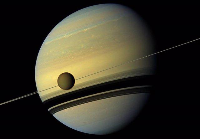 Titán se aleja de Saturno cien veces más rápido de lo pensado