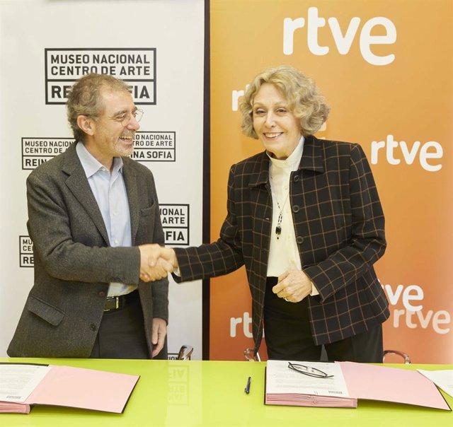 La administradora provisional única de RTVE, Rosa María Mateo, y el director del Museo Nacional Centro de Arte Reina Sofía, Manuel Borja-Villel.