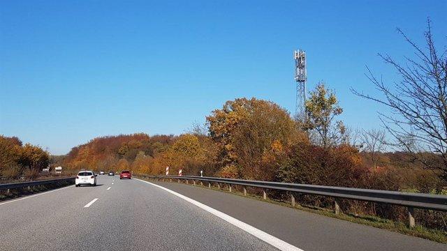 Antenas de Telefónica en torre de telecomunicaciones en una carretera de Alemania