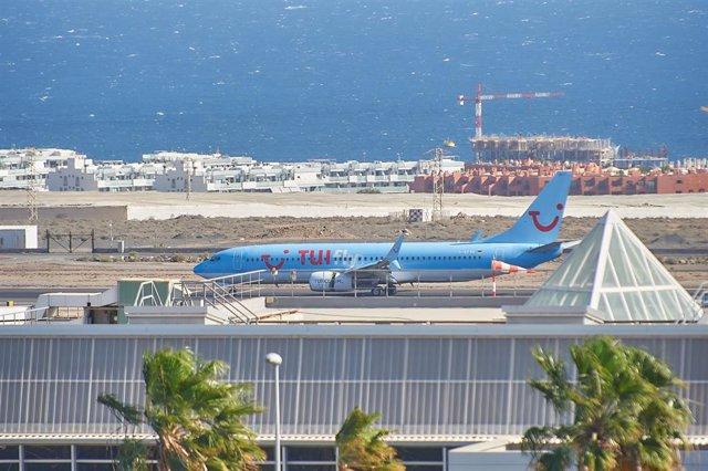 Avión de la compañía aérea TUI en el que viajan varios turistas que han abandonado el Hotel H10 Costa Adeje Palace tras más de una semana en cuarentena por el brote de coronavirus de la isla de Tenerife, en Adeje/Tenerife/Islas Canarias (España) a 5 de ma