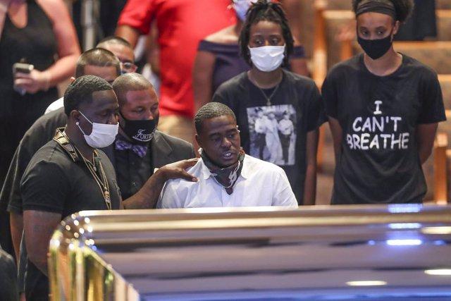 EEUU.- Cientos de personas se acercan a la capilla ardiente de George Floyd en H