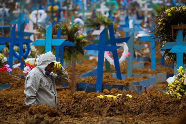 Un trabajador del cementerio de Nuestra Señora Aparecida de la ciudad amazónica de Manaos, Brasil, una de las regiones más afectadas por la pandemia de la COVID-19.