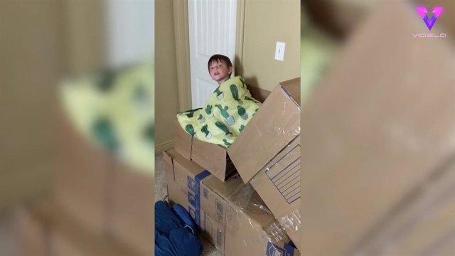 Un padre de familia construye un tobogán en las escaleras de su casa con cajas de cartón