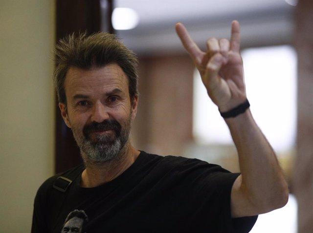 El cantante Pau Dones llega a la una Asamblea General Ordinaria de la SGAE en el Hotel Intercontinental de Madrid.