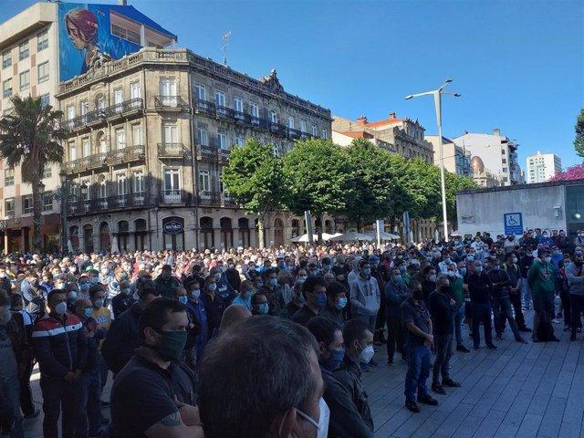Concentración de trabajadores del sector naval ante la delegación de la Xunta en Vigo, tras el fallecimiento de un operario que hacía reparaciones en un barco atracado en el Puerto olívico.