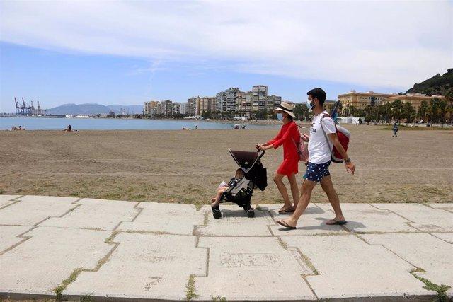 Los malagueños disfrutan de la playa durante el primer día de la Fase 2, foto de archivo