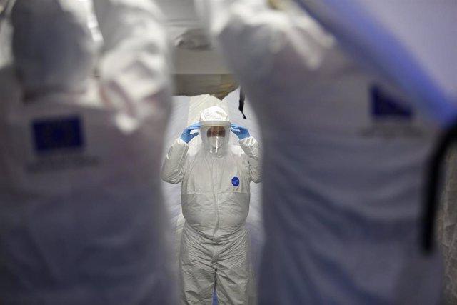 Trabajadores de proteccion civil se desinfectan contra el coronavirus en una carpa instalada en el hospital del PTS de Granada - AC-1. Granada a 31 de marzo del 2020