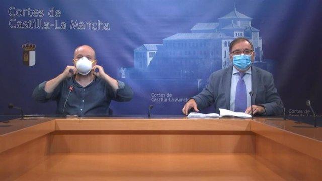 Los presidentes de los grupos parlamentarios de Cs y PSOE, Alejandro Ruiz y Fernando Mora, en rueda de prensa