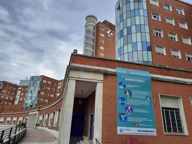 Hospital de Cruces (Barakaldo) con cartel alusivo al coronavirus